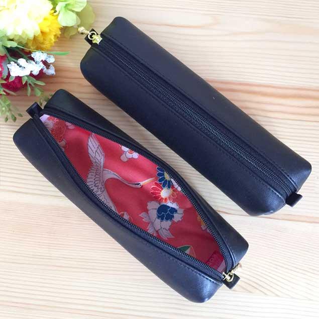 黒のレザーと可愛い鶴文様の着物を組み合わせたペンケース
